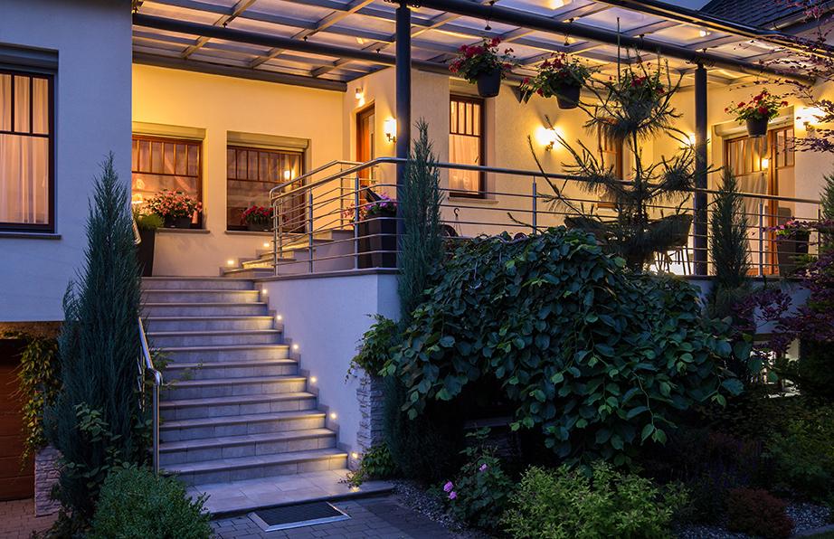 C mo iluminar con estilo terrazas y jardines for Como iluminar arboles en el jardin