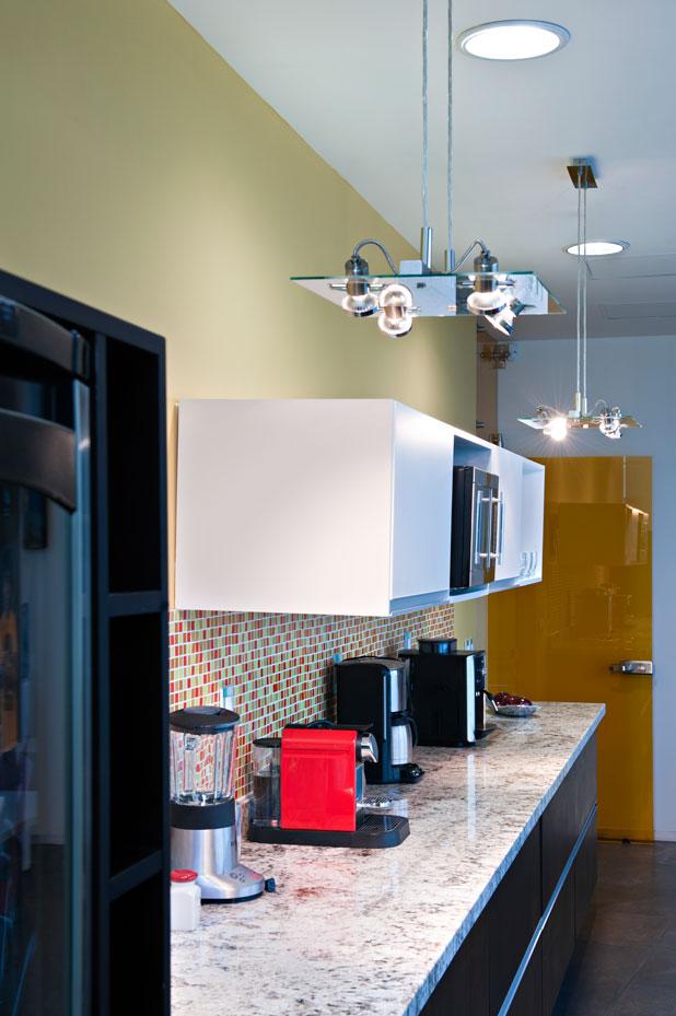 para empezar hay que poner atencin en la iluminacin general que empieza en el techo deben colocarse lmparas potentes cuya claridad abarque la